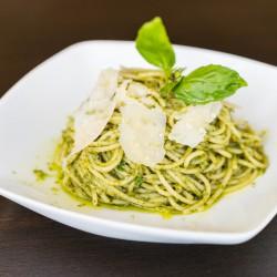 Macarrão espaguete integral ao molho pesto