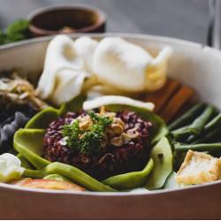 Búrguer de beterraba, arroz integral com brócolis e abóbora assada