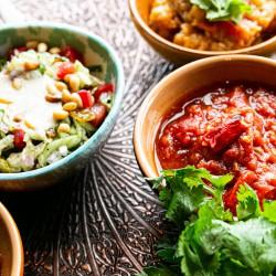 Polenta ao molho de tomate com frango cozido